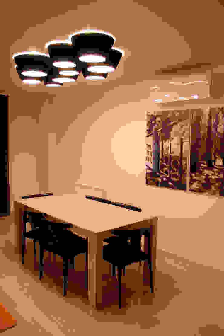 Estar-comedor en iroko Comedores de estilo moderno de ALBERT SALVIA dissenyador d'interiors Moderno