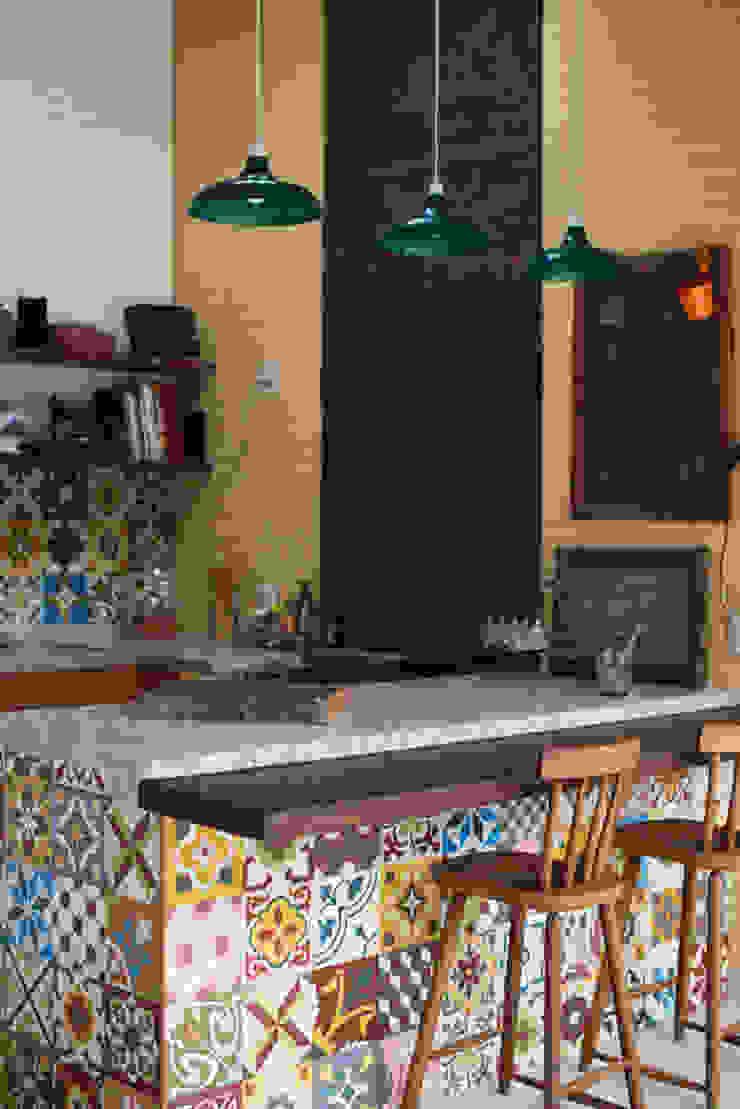 Espaço Gourmet Varandas, alpendres e terraços rústicos por Lúcia Vale Interiores Rústico