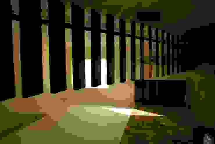 K House Pasillos, vestíbulos y escaleras minimalistas de arqflores / architect Minimalista