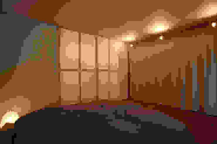 Phòng ngủ phong cách tối giản bởi ニュートラル建築設計事務所 Tối giản