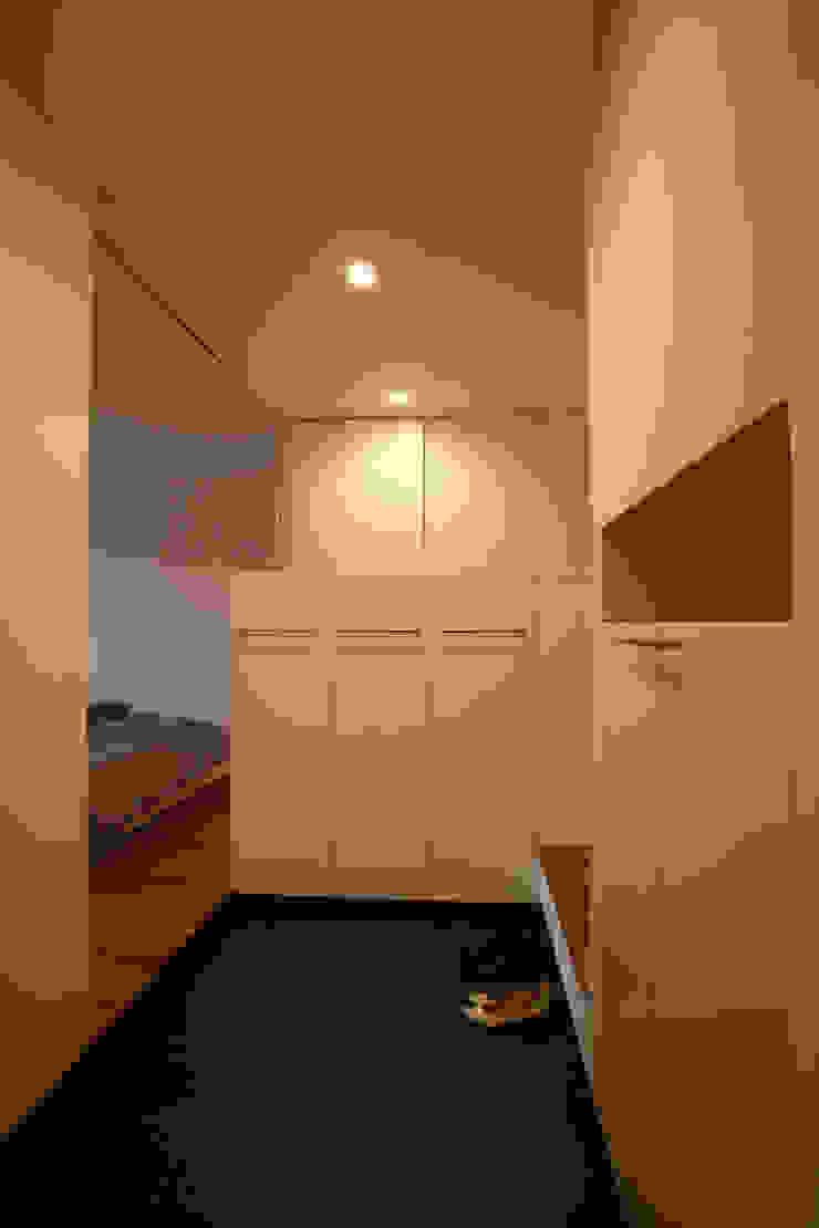 Pasillos, vestíbulos y escaleras de estilo minimalista de ニュートラル建築設計事務所 Minimalista
