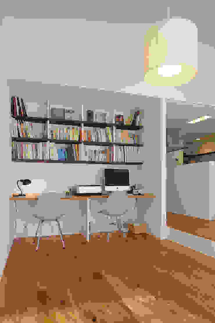 Estudios y despachos de estilo minimalista de ニュートラル建築設計事務所 Minimalista