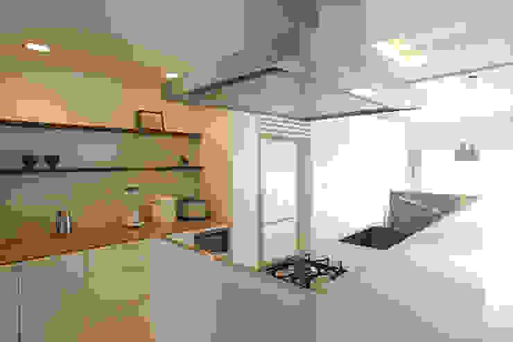 Cocinas de estilo minimalista de ニュートラル建築設計事務所 Minimalista