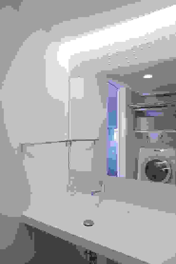 Minimalist style bathrooms by ニュートラル建築設計事務所 Minimalist