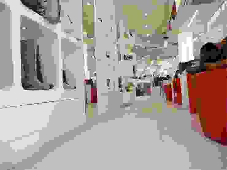 Negozio calzature Elite Spazi commerciali moderni di Masi Interior Design di Masiero Matteo Moderno