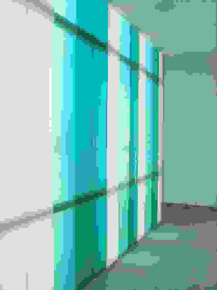 FACHADA POLICARBONATO INTERIOR Oficinas y tiendas de estilo moderno de BM2C Arquitectos Moderno