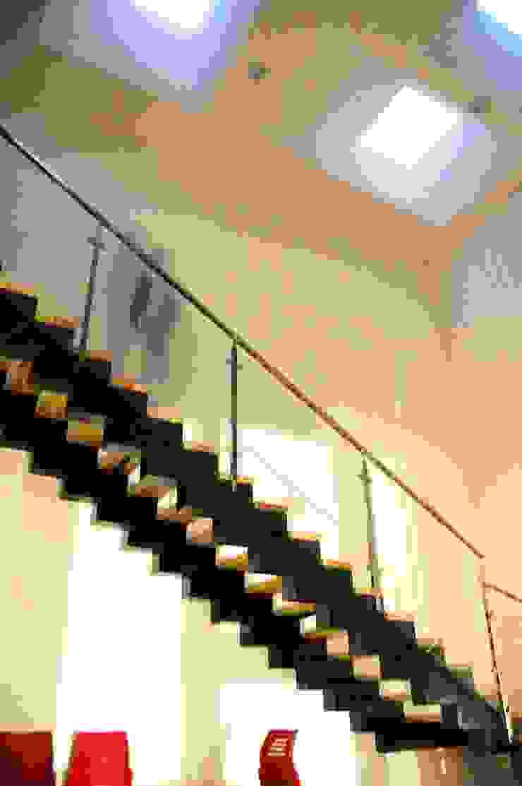 HALL DE ACCESO Y ESCALERA PRINCIPAL Oficinas y tiendas de estilo moderno de BM2C Arquitectos Moderno
