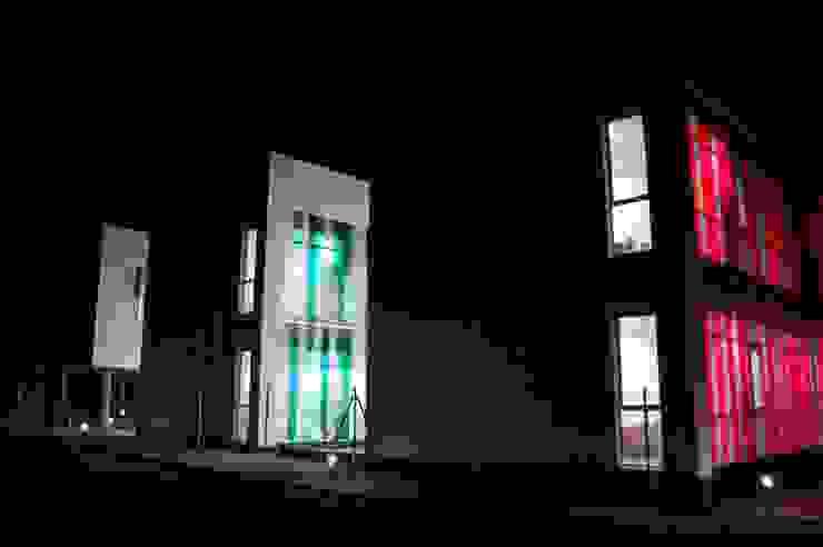 FACHADA EXTERIOR NOCTURNA Oficinas y tiendas de estilo moderno de BM2C Arquitectos Moderno