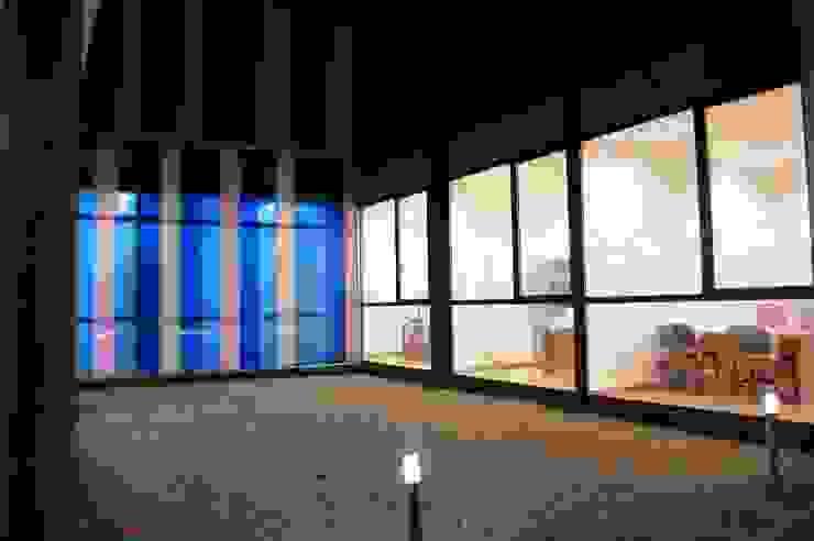 PATIO NOCTURNA Oficinas y tiendas de estilo moderno de BM2C Arquitectos Moderno
