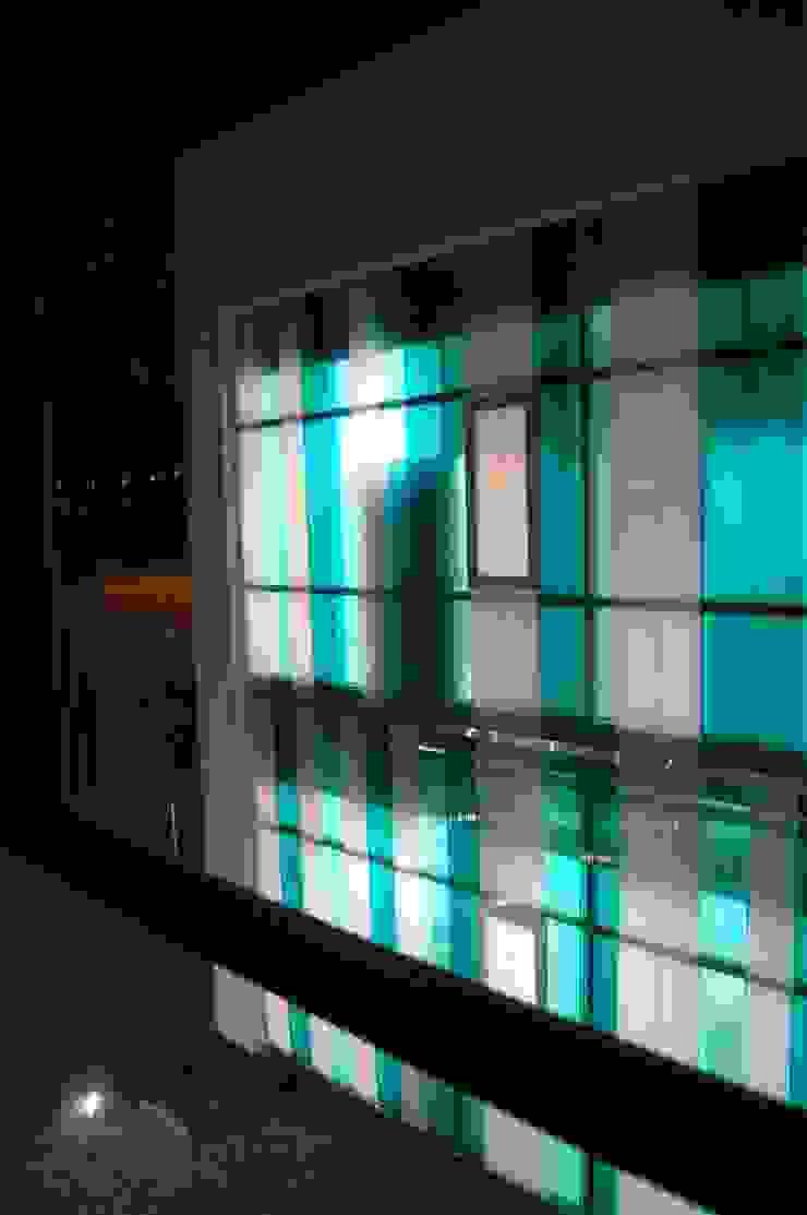 DETALLE NOCTURNA Oficinas y tiendas de estilo moderno de BM2C Arquitectos Moderno