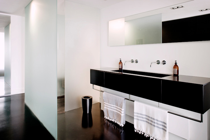 appartement B Minimalist bathroom by atelier d'architecture Yvann Pluskwa Minimalist