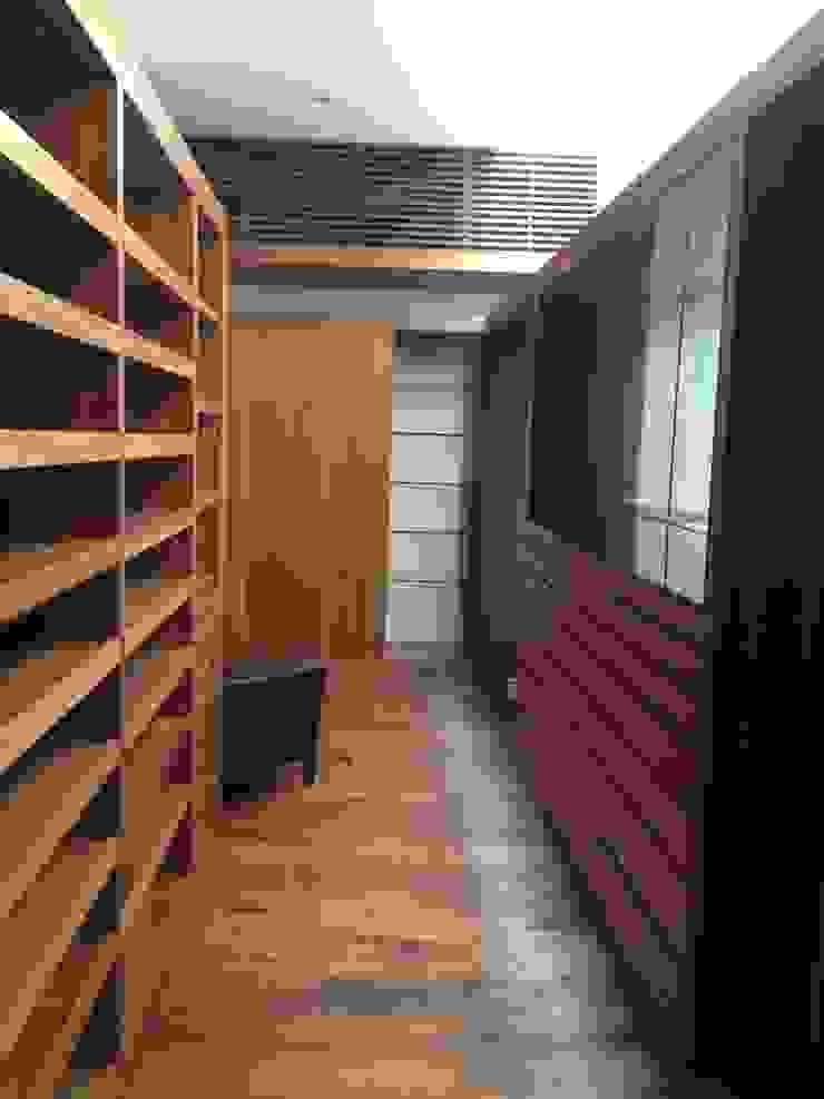 Casa en El Pedregal Vestidores modernos de Revah Arqs Moderno