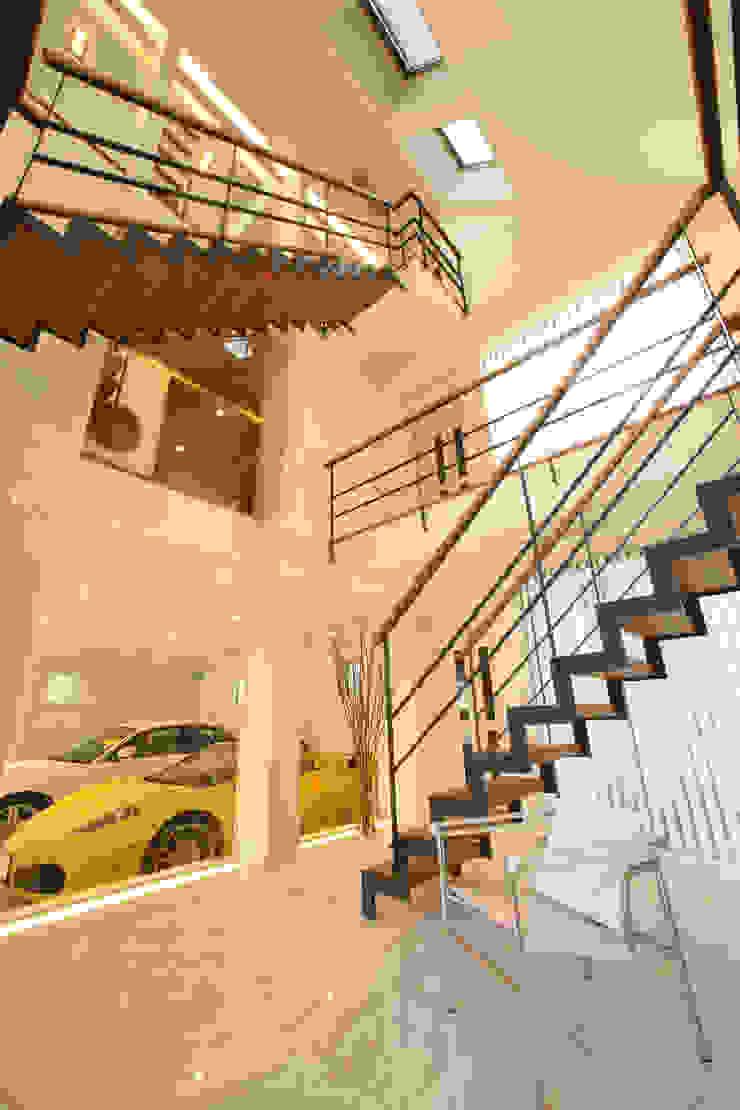 玄関から愛車をのぞむ TERAJIMA ARCHITECTS/テラジマアーキテクツ モダンスタイルの 玄関&廊下&階段