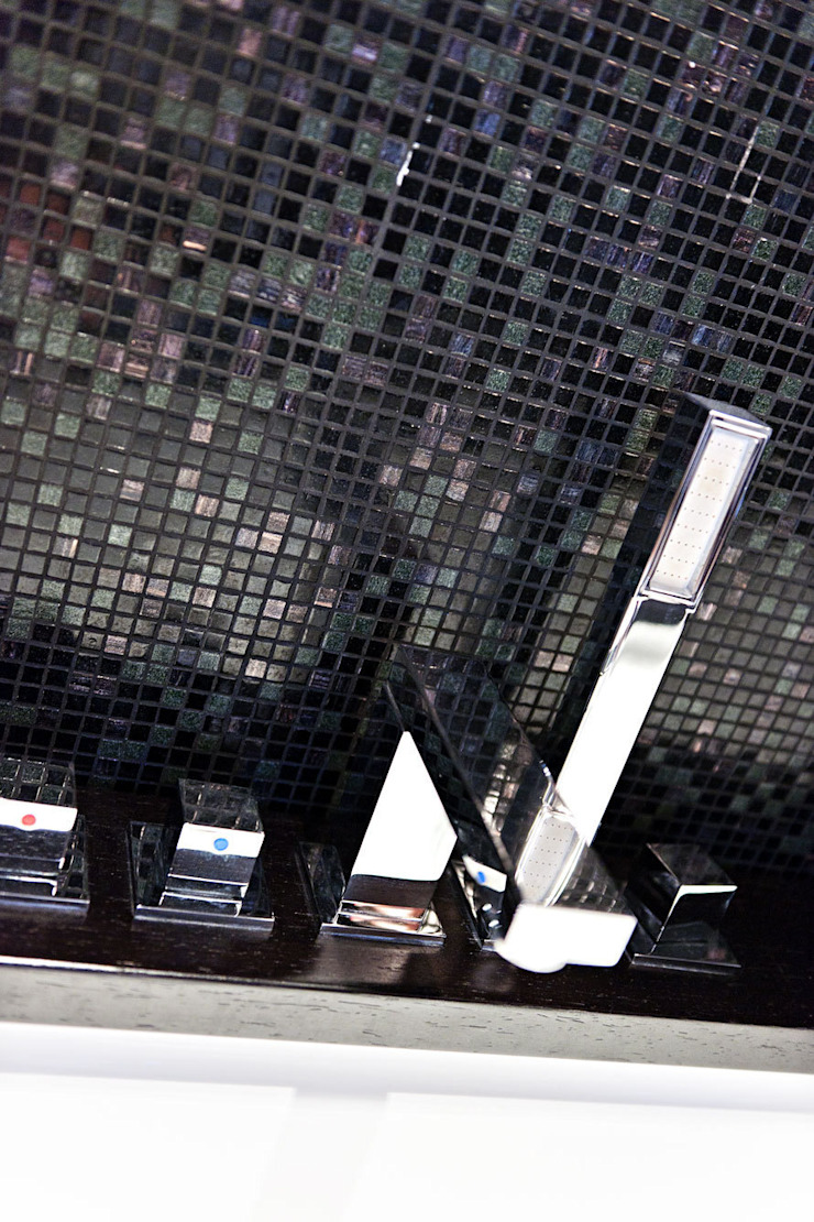 bagno padronale Case moderne di SANTACROCEARCHITETTI Moderno