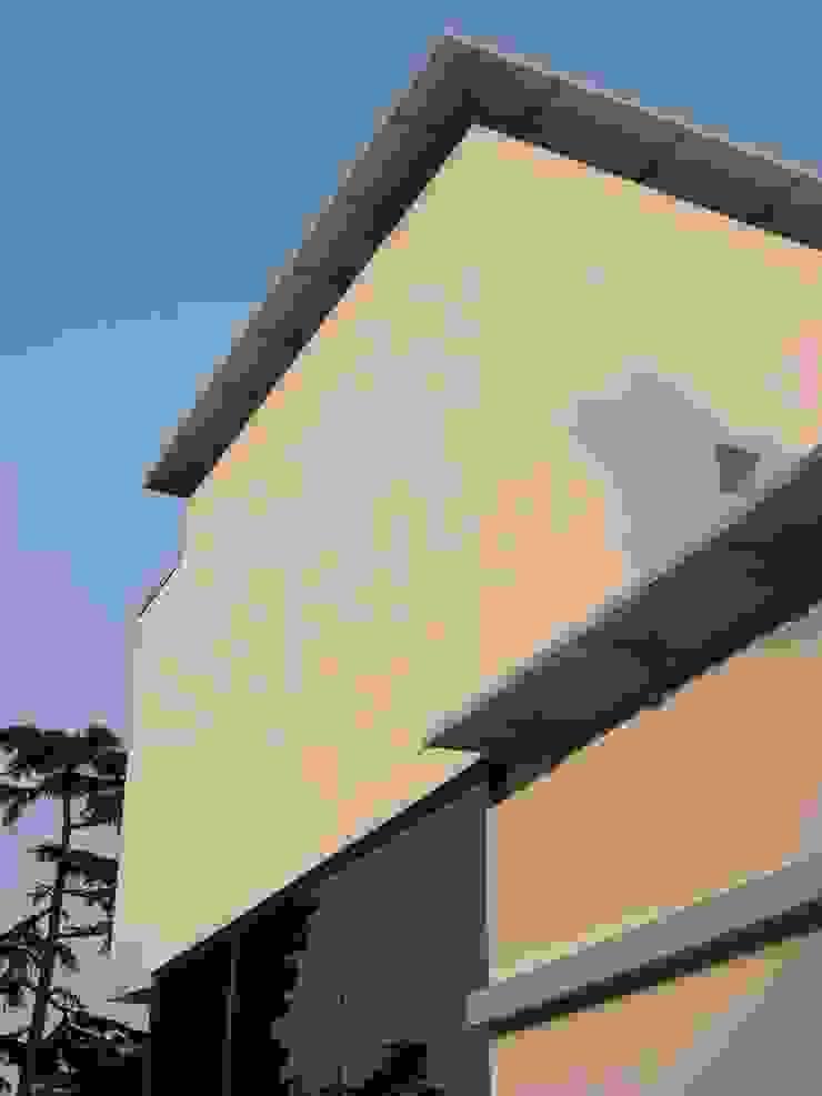 VHouse Case moderne di SANTACROCEARCHITETTI Moderno