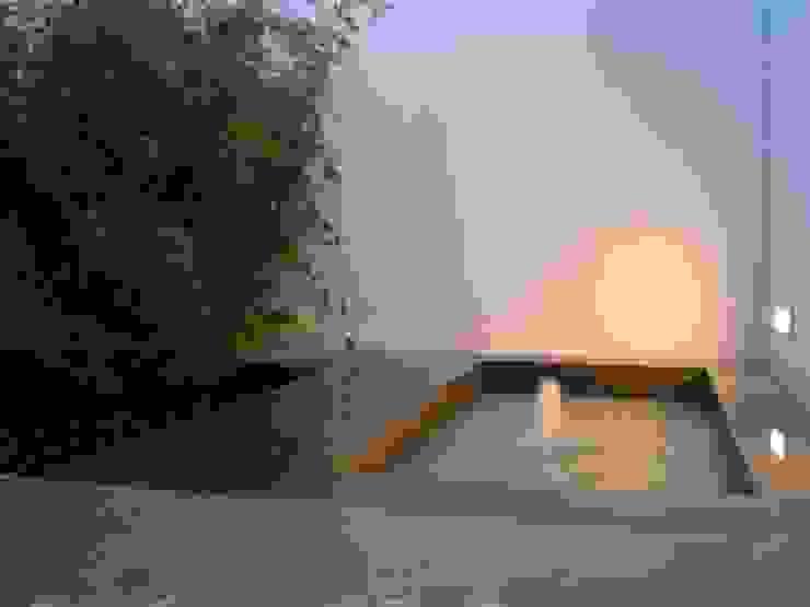 NUÑO ARQUITECTURA Minimalist style garden Stone Grey
