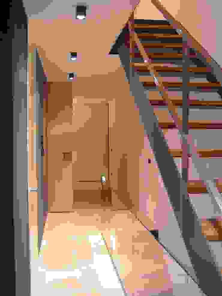 NUÑO ARQUITECTURA Minimalist corridor, hallway & stairs Wood Wood effect