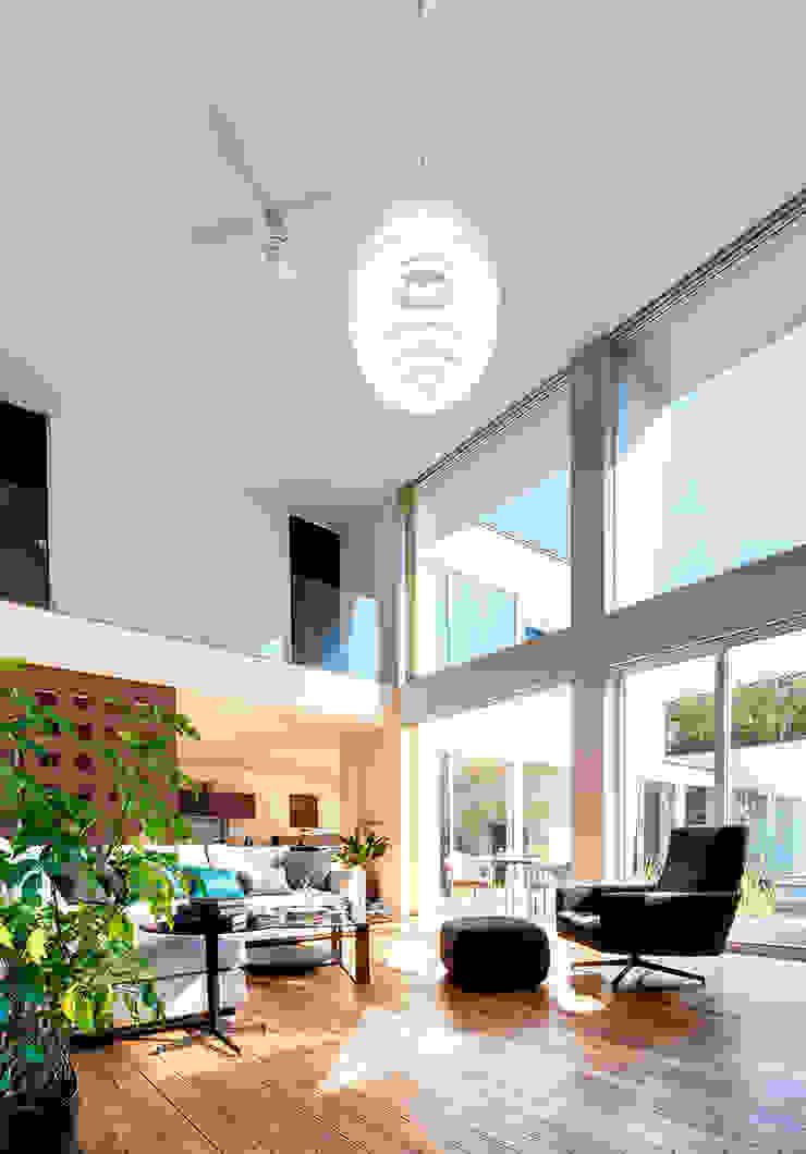 光と風に満ちたリビング モダンデザインの リビング の TERAJIMA ARCHITECTS モダン