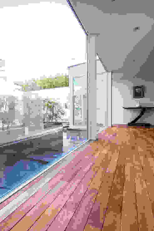 来客を迎える美しい玄関ホール モダンスタイルの 玄関&廊下&階段 の TERAJIMA ARCHITECTS モダン