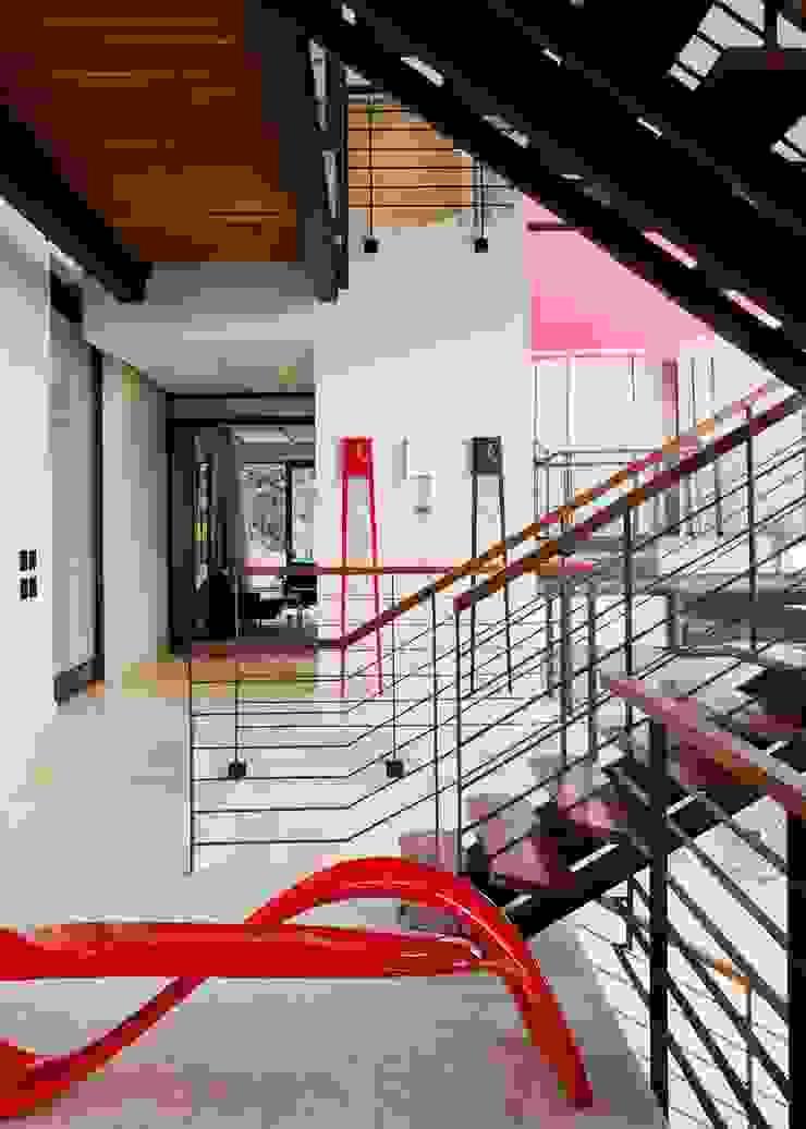 House Lam Modern corridor, hallway & stairs by Nico Van Der Meulen Architects Modern