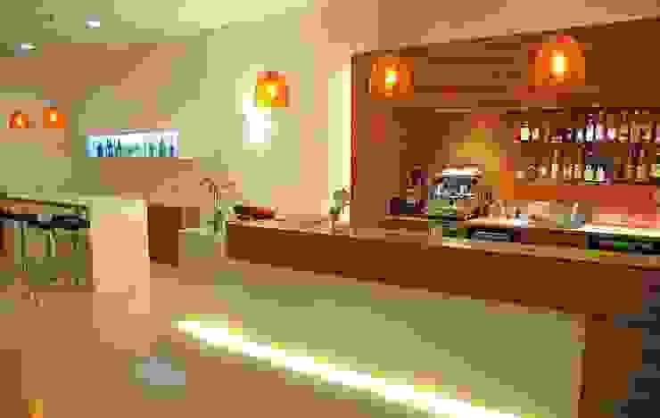 Riqualificazione di un edificio adibito ad albergo – Hotel Fenix – degli anni '60 Hotel moderni di Paola Veronese Architetto Moderno
