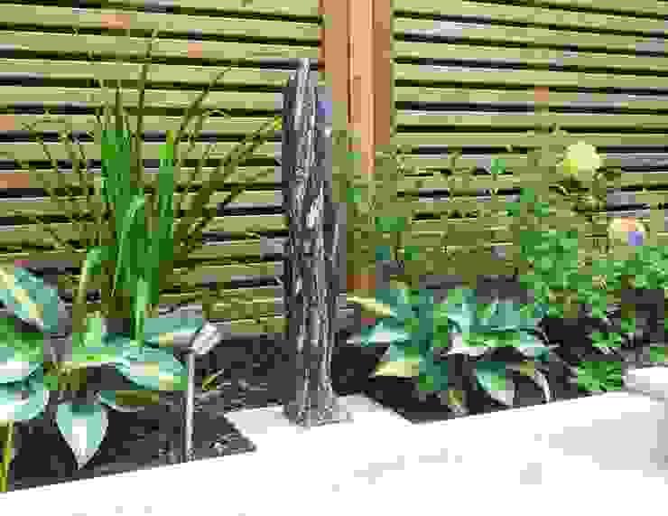 Sculpture with Hostas, Day Lily and Rose Modern garden by Gardenplan Design Modern