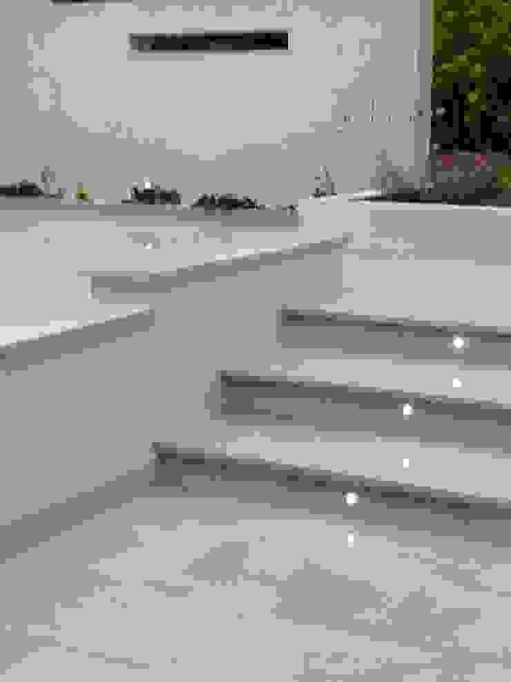 Step with inset lights Modern garden by Gardenplan Design Modern
