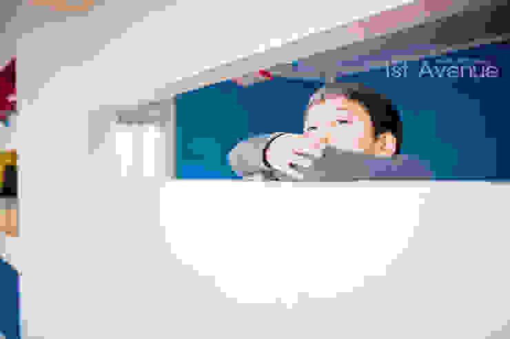 세아이들이 뛰어노는 유니크한 다락방과 다섯식구를 위한 보금자리 모던스타일 아이방 by 퍼스트애비뉴 모던