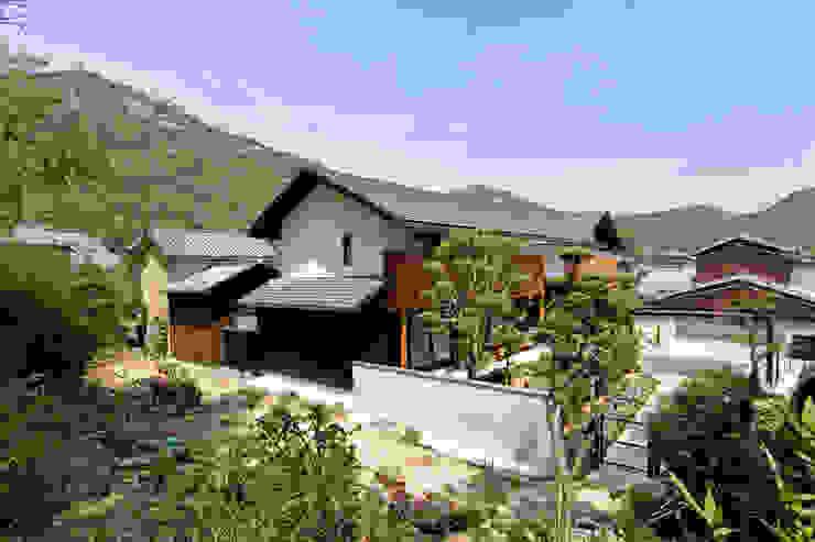 古き良き村集落に溶け込む住宅 モダンな 家 の 株式会社古田建築設計事務所 モダン