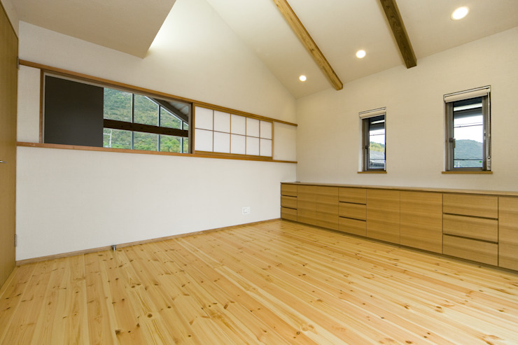 吹抜けに面した寝室 モダンスタイルの寝室 の 株式会社古田建築設計事務所 モダン