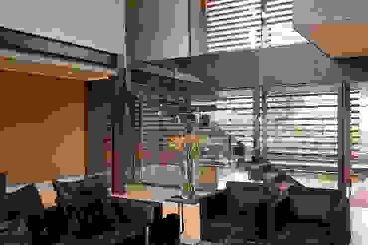 House Serengeti Ingresso, Corridoio & Scale in stile moderno di Nico Van Der Meulen Architects Moderno