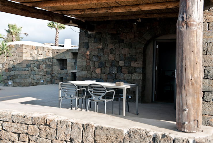 area pranzo esterna di Gianluca Bugeia ARCHITETTO Mediterraneo Pietra