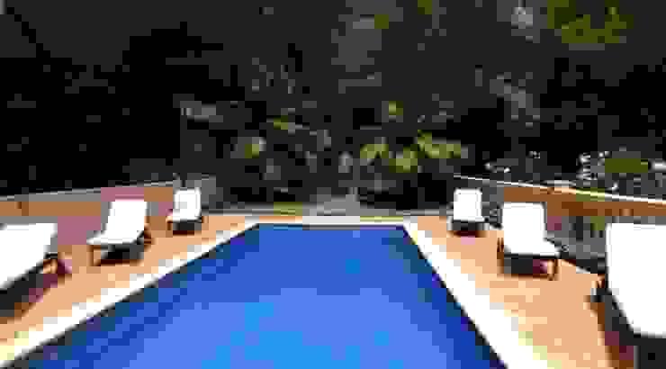 Piscina Casas de estilo mediterráneo de LIVE PROPERTIES Mediterráneo