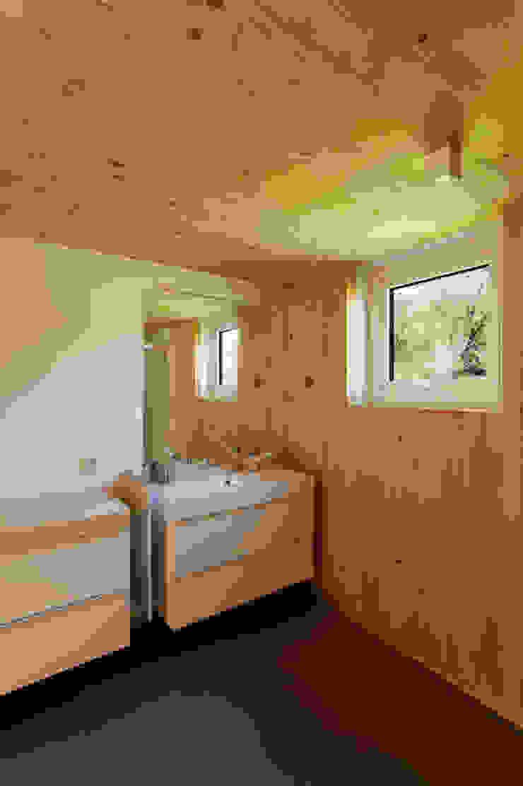 Minimalist houses by Lode Architecture Minimalist