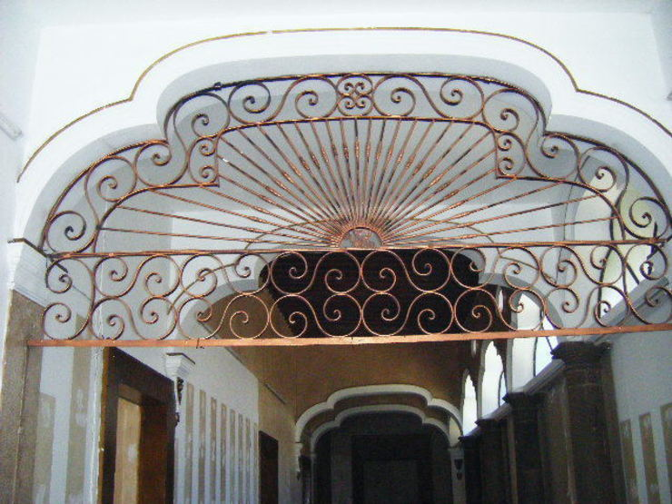 Sucursal Bancaria en Ciudad Guzmán:  de estilo colonial por Mezzanine Arquitectura, Colonial