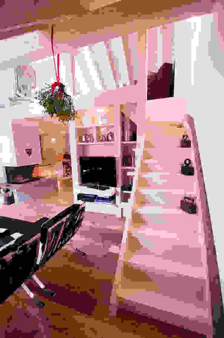 Pasillos, vestíbulos y escaleras de estilo escandinavo de Architetto Beltrame Claudio Escandinavo