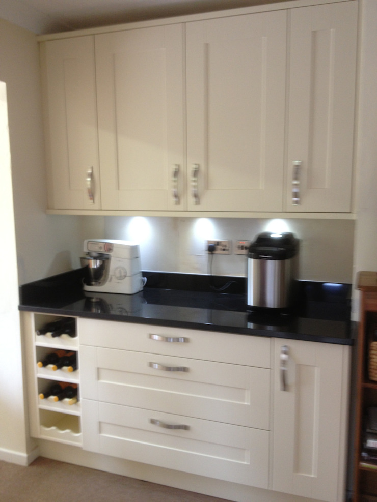 Cream shaker with black granite worktops: classic  by Henley McKay Kitchens, Classic