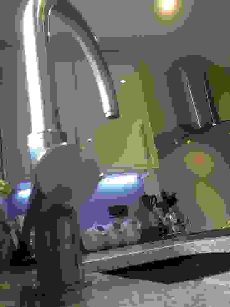 Grigio Natura Quartz and Cream Gloss kitchen: modern  by Henley McKay Kitchens, Modern