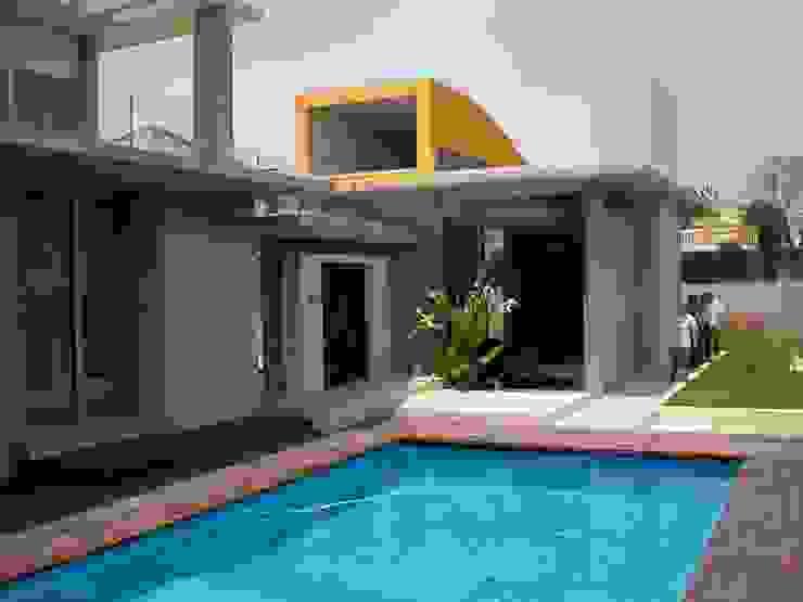 Acceso y piscina Piscinas de estilo mediterráneo de garcia de leonardo arquitectos Mediterráneo