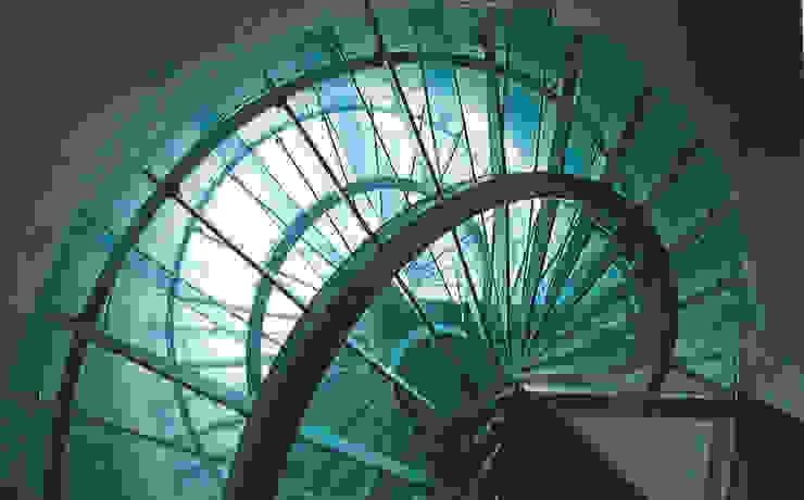 Escalera exenta de vidrio laminado. Pasillos, vestíbulos y escaleras de estilo mediterráneo de garcia de leonardo arquitectos Mediterráneo