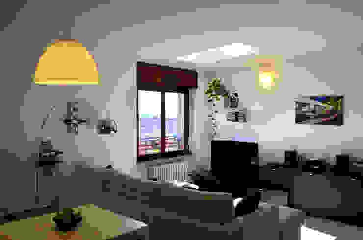 Vista del soggiorno, la luce è protagonista dello spazio. Soggiorno eclettico di Be.St Architetti Eclettico
