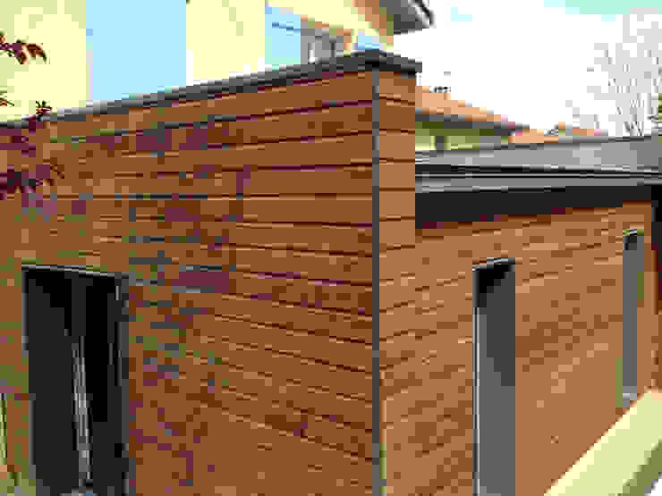 THE VERY CUBE par IND Architecture Moderne Bois Effet bois