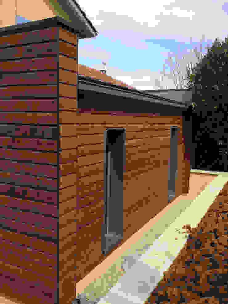 Extension d'une maison par IND Architecture Moderne Bois Effet bois