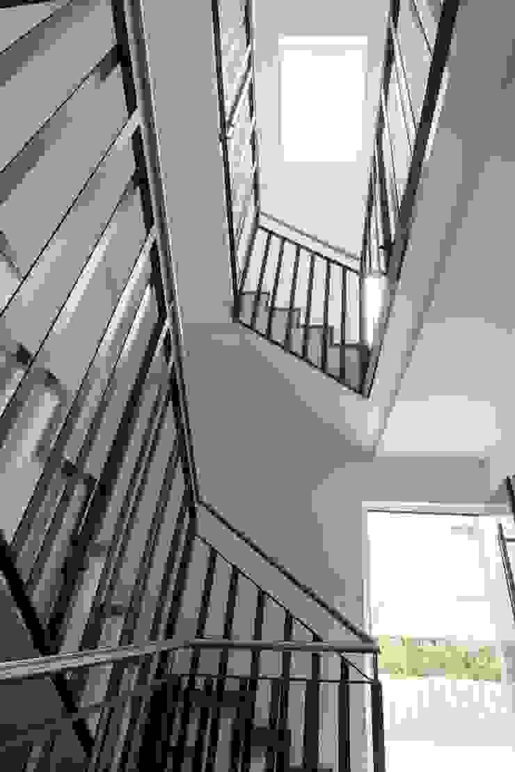 Treppenhaus mit Tageslicht von oben Moderner Flur, Diele & Treppenhaus von in_design architektur Modern