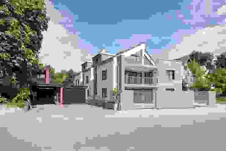 Straßenansicht mit Faserzementlatten-Fassade Moderne Häuser von in_design architektur Modern