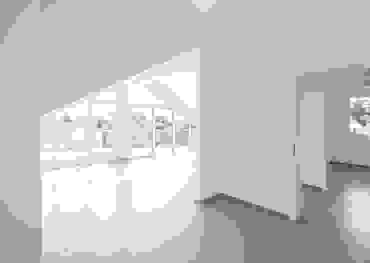 offene Küche mit Durchblicken zu Wohn- , Ess- und Arbeitszimmer Moderne Wohnzimmer von in_design architektur Modern