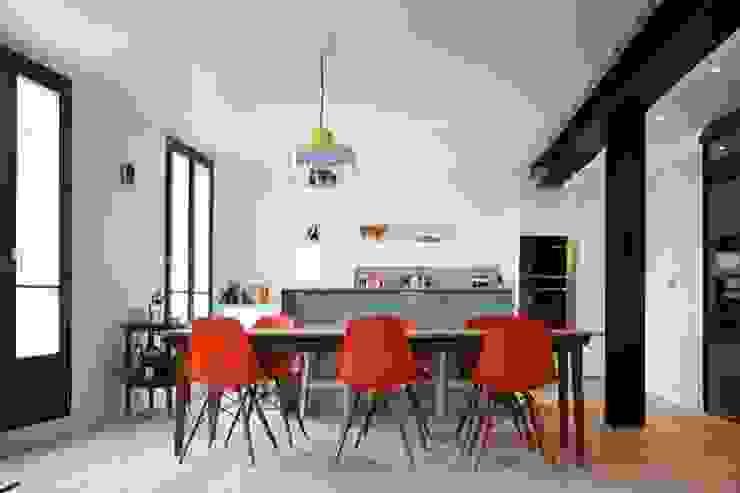 Espace salle à manger cuisine Maisons modernes par Galaktik Moderne