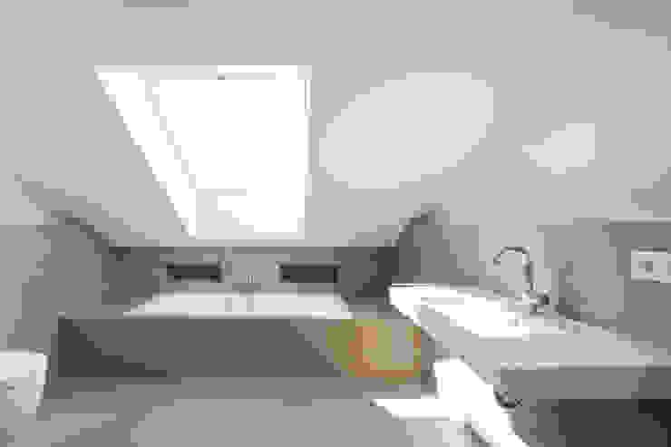 Bad im Dachgeschoss Moderne Badezimmer von in_design architektur Modern