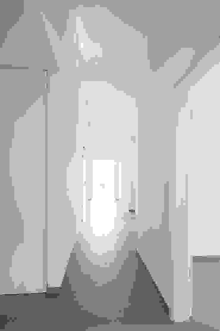 Tageslicht im Flur der Dachwohnung Moderner Flur, Diele & Treppenhaus von in_design architektur Modern