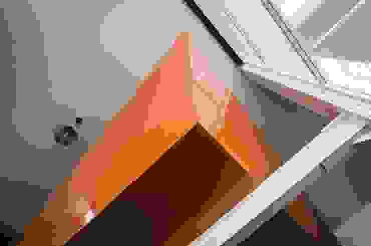 CASA C+G Paredes y pisos de estilo moderno de PLASTIK ARQUITECTOS Moderno